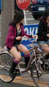 自転車パンチラの画像!!チャリに乗ってる女のチラ下着50枚